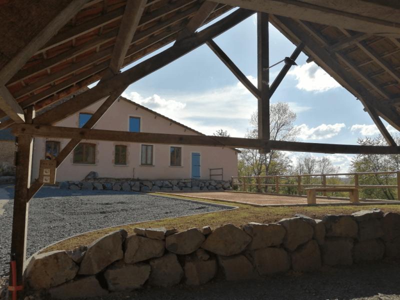 Terrain de pétanque, parking, terrasse couverte